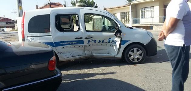 Konya'da otomobil polis aracına çarptı