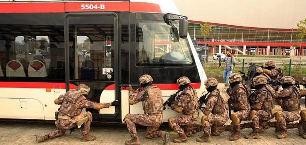 Tramvayda rehine kurtarma tatbikatı gerçeğini aratmadı
