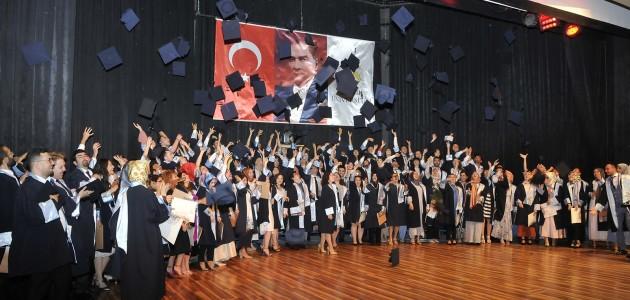 Genç diş hekimlerinin mezuniyet sevinci