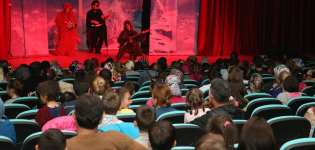 """Beyşehir'de """"Karlar Ülkesi Karanlığa Karşı"""" oyunu sahnelendi"""