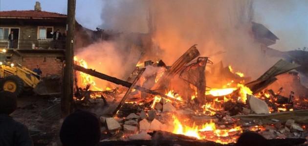Köyde çıkan yangında 5 ev kullanılamaz hale geldi