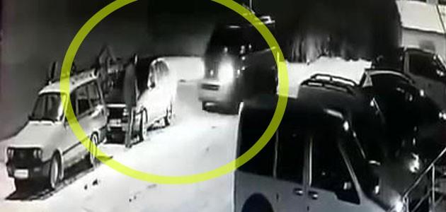 Minibüsün çarptığı iki araç arasında kaldı! Konya'daki kaza anı güvenlik kamerasında