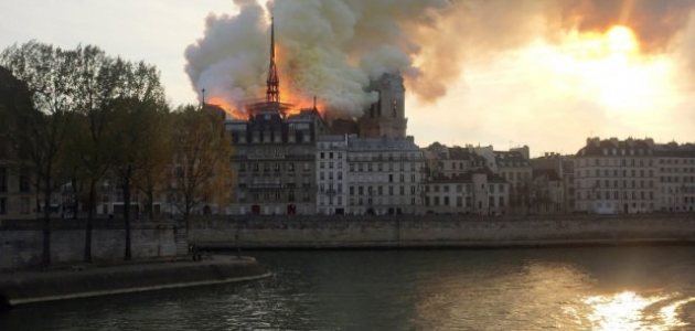 Paris'te Notre Dame Katedrali'nin çatısı çıkan yangında çöktü