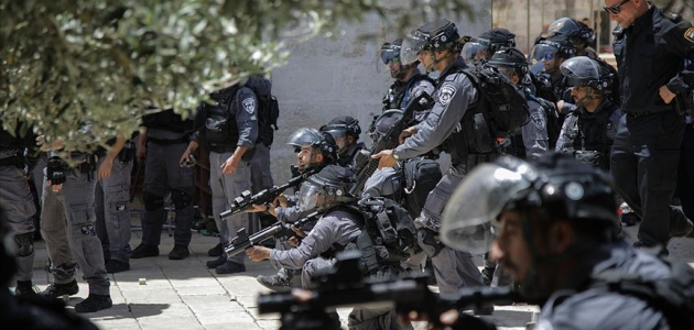 İsrail polisinden Mescid-i Aksa içinde Filistinlilere saldırı