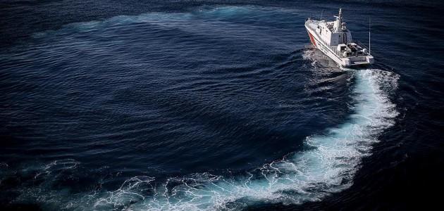 Kuşadası'nda göçmenlerin bulunduğu lastik bot su aldı
