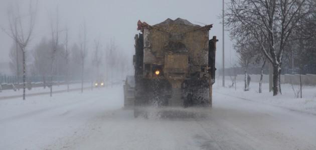 Seydişehir Belediyesi'nden buzlanmaya karşı müdahale