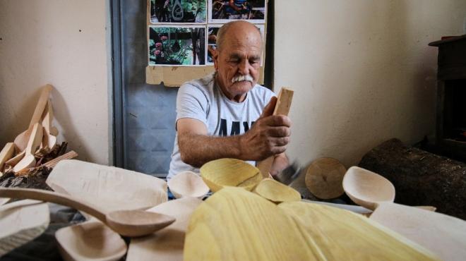 Konya'da yarım asırdır ürettiği kaşıklarla baba mesleğini sürdürüyor