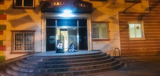 Dağa kaçırıldığını iddia ettiği oğlu için HDP önünde oturma eylemine başladı