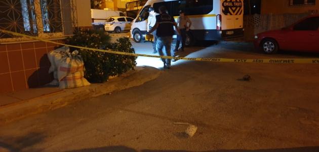 Balkonda otururken başından vurulan kadın ağır yaralandı