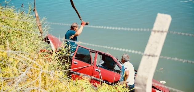 Gölete devrilen otomobildeki iki kişiden biri öldü