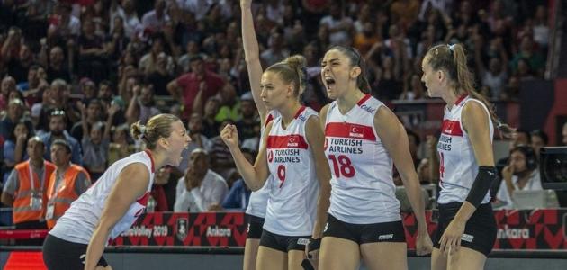 Kadın voleybolcular Türkiye'nin gururu oldu