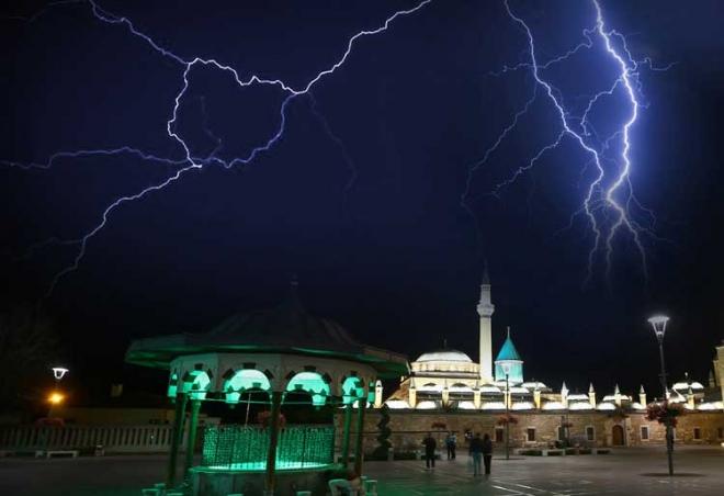 Konya'da şimşekli gece
