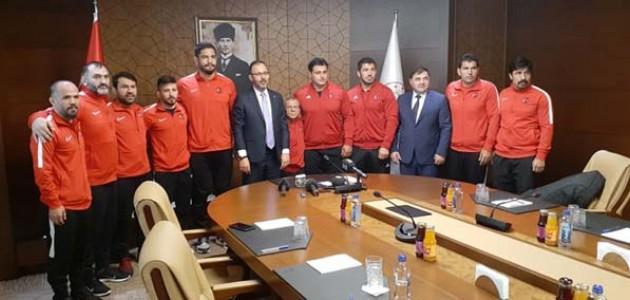 Bakan Kasapoğlu, Güreş Milli Takımı'nı kabul etti