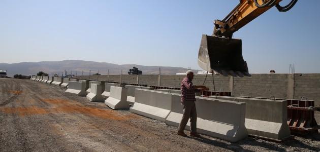 Sınır birliklerine beton blok sevkiyatı