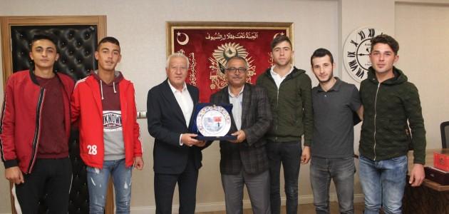 Gezlevi Sporlu voleybolcular Başkan Saygı'yı ziyaret etti