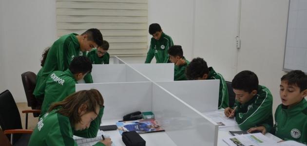 Konyaspor Akademisi miniklerin eğitimi ve sosyal gelişimine katkı yapıyor