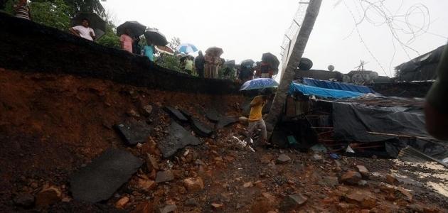 Hindistan'da aşırı yağışlar nedeniyle çöken duvar 17 can aldı