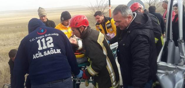Konya'da hafif ticari araç tıra çarptı: 5 yaralı