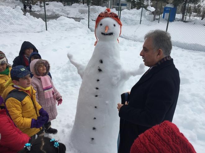 Konya Valisi Toprak çocuklarla kartopu oynadı