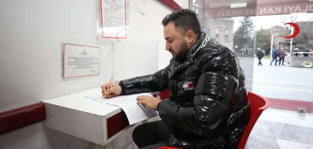 Kan bulunamadığı için annesini ve kardeşini kaybeden gencin kan bağışı mücadelesi