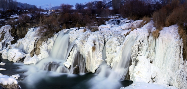 Doğa harikası Muradiye Şelalesi kısmen dondu