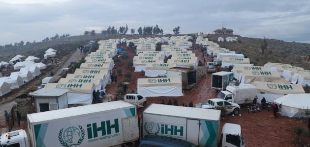 İHH, İdlib'den göç eden sivillere 14 bin ton yardım malzemesi ulaştırdı