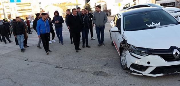 Konya'da otomobille hafif ticari araç çarpıştı