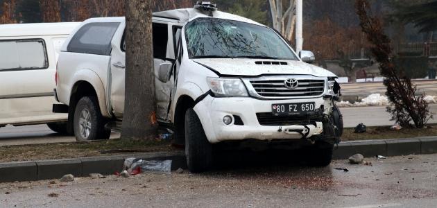 Elazığ'da AFAD aracı ağaca çarptı: 3 yaralı