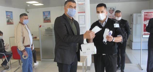 Derebucak'ta esnaflar ve kamu kurumlarına ücretsiz maske dağıtıldı
