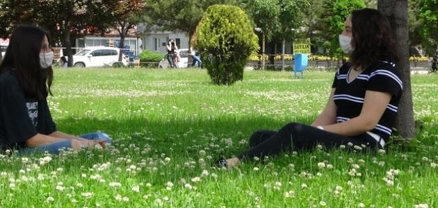 Konya'da 15-20 yaş grubu güneşli havanın tadını çıkardı