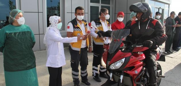 Beyşehir'deki motosiklet tutkunlarından sağlık çalışanlarına çiçek jesti