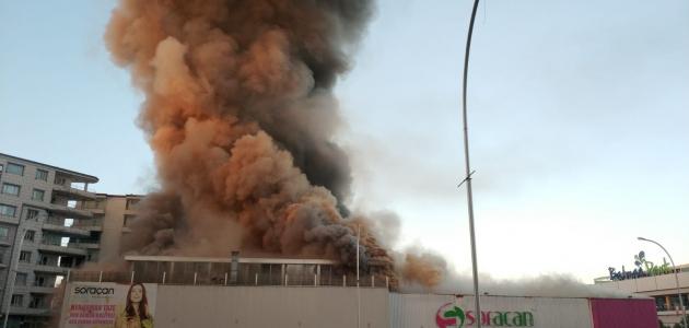 Alışveriş merkezinde yangın
