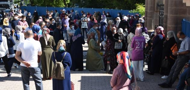 Konya'da YKS öncesi veliler sosyal mesafeye uymadı!