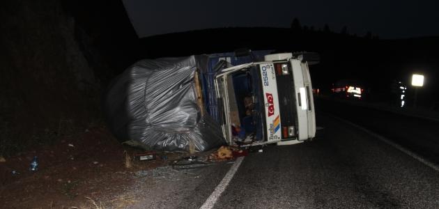 Konya'da saman yüklü kamyon devrildi: 2 yaralı