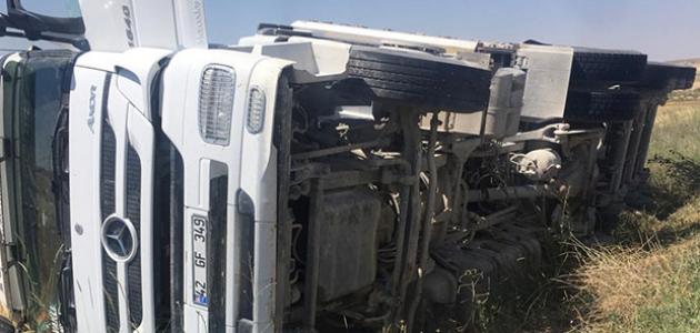 Konya'da tır devrildi: Şoför yara almadan kurtuldu