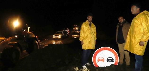 Şiddetli yağmur heyelana neden oldu, yol kapandı