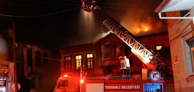 Çıkan yangında iki katlı ahşap bina kullanılamaz hale geldi