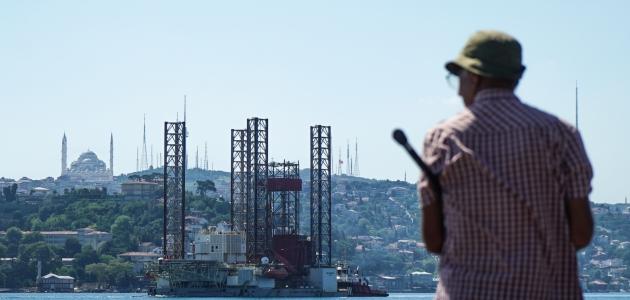 """Dev petrol platformu """"GSP Saturn"""" İstanbul Boğazı'nda ilerliyor"""