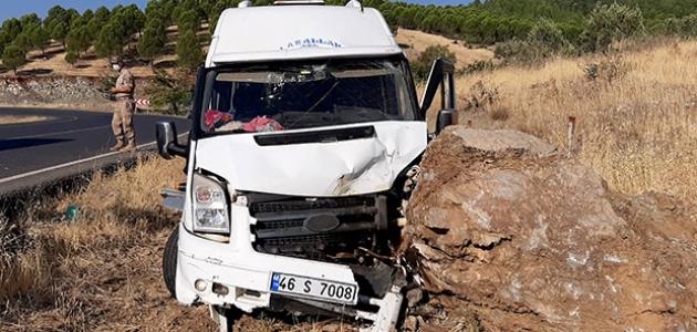 Tarım işçilerini taşıyan minibüs kayaya çarptı: 11 yaralı