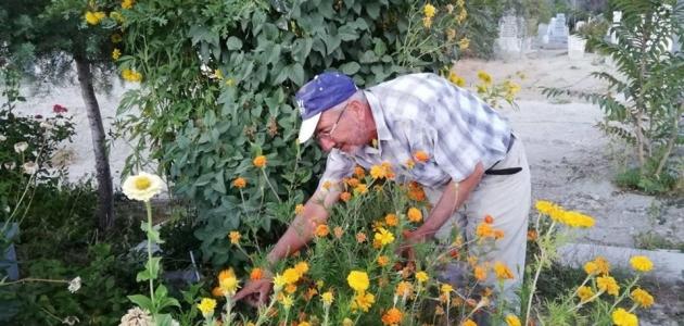 7 yıl önce kaybettiği oğlunun mezarını çiçeklerle donattı