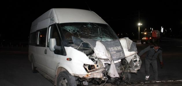 Aksaray'da işçi servisi ile otomobil çarpıştı: 6 yaralı