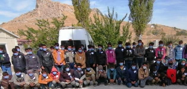 2'si havasızlık ve sıkışmadan dolayı ölmüş 72 sığınmacı yakalandı