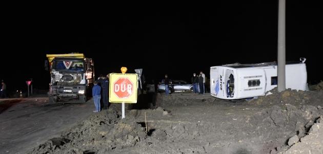 Kamyonla işçi servisi çarpıştı: 1 ölü, 14 yaralı