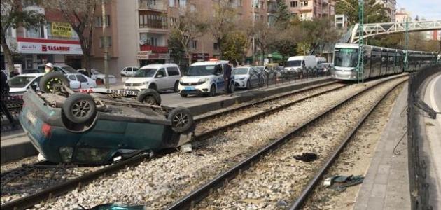 Konya'da otomobil tramvay yoluna devrildi: 2 yaralı
