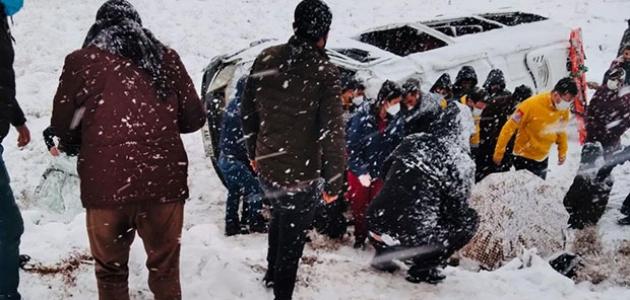 Kar yağışı sonucu devrilen iki minibüste 22 kişi yaralandı