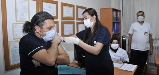 Selçuk Tıp'ta sağlık çalışanlarına 'CoronaVac' aşısı uygulanıyor