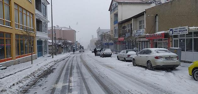 Konya'nın Yunak ilçesinde kar yağışı etkili oluyor
