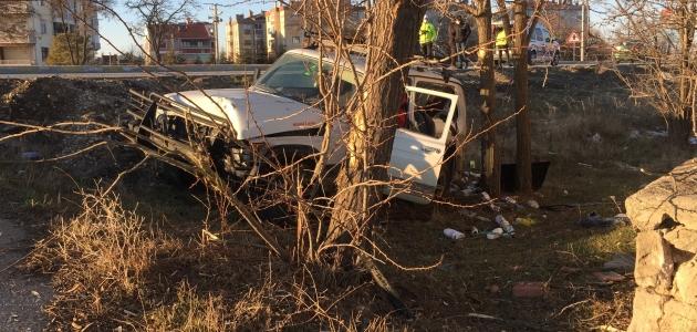Köpeğe çarpmamak için manevra yapan sürücü kazada yaralandı