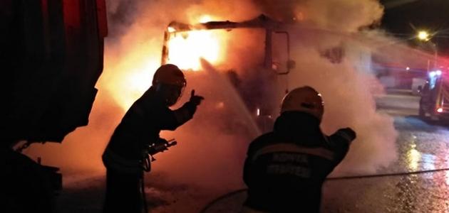 Park halindeki tırda korkutan yangın