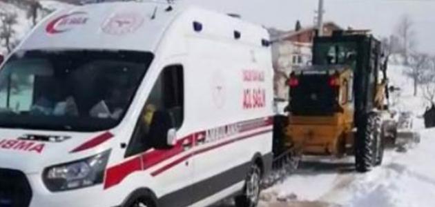 Kara saplanan ambulansın imdadına iş makinesi yetişti